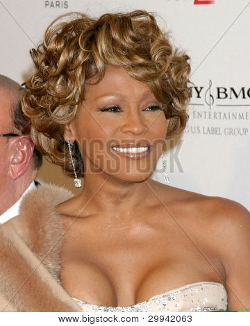 LOS ANGELES - 10 de FEB: Whitney Houston llega a la fiesta anual de Pre-Grammy Clive Davis en Beverly