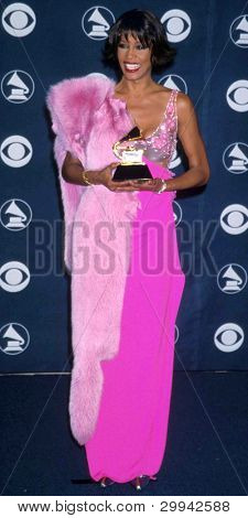 LOS ANGELES - 23 de FEB: Whitney Houston llega a los premios Grammy de 1998 en el Staples Center en Februa