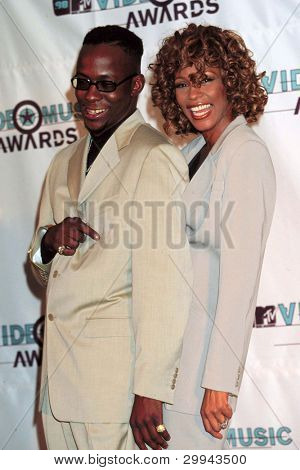 LOS ANGELES - el 10 de septiembre: Bobby Brown, Whitney Houston llega a los MTV Video Music Awards en Univer