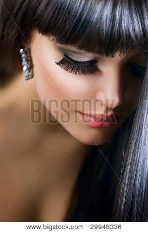 beautiful brunette Girl. Gesundes langes Haar. Urlaub Make-up