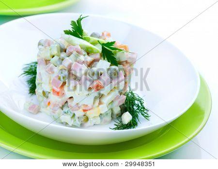 Salat Olivier. Russische traditionelle Salat. Gemüsesalat