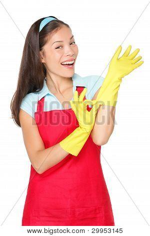 Señora de la limpieza con guantes de goma