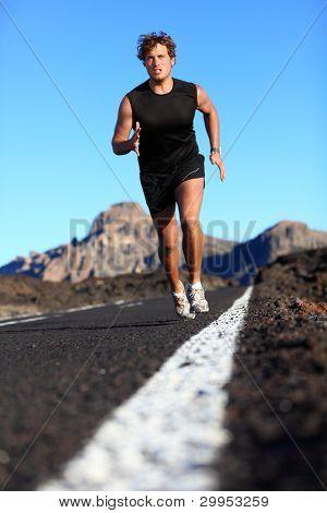Hombre corriendo en la hermosa naturaleza. Corredor masculino trotar durante el trabajo de formación en carretera de montaña. Youn