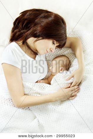 Mutter, umarmen, Neugeborenes Baby schlafen. Schutz und Mother der Liebe Konzept...