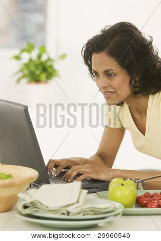 Frau typing on laptop