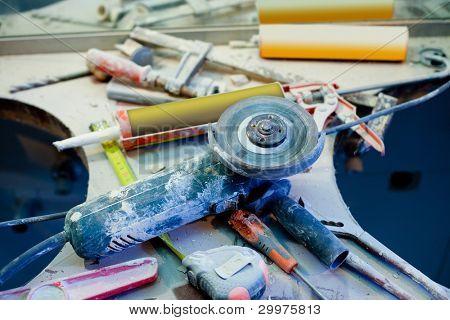 desorden desordenado de reparación de mejoras para el hogar con herramientas de mano herramientas vacios