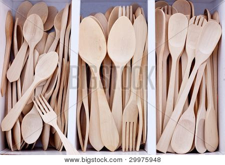 caja de madera cubiertos en madera de haya en el mercado Mediterráneo