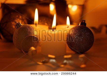 Bolas, velas y regalos de Navidad