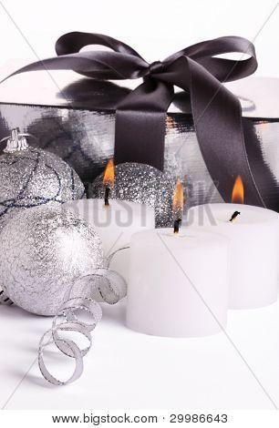 Cinta, velas, bolas y adornos navideños