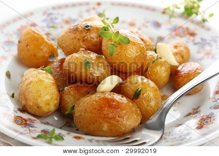 Glazed new potato with garlic and thyme