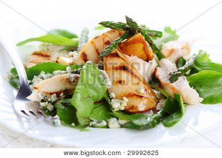 Green salad mix with pears and grilled asparagus