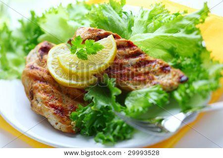 Pechuga de pollo con lechugas frescas y limón
