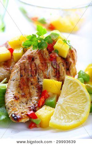 gegrillte Hähnchenbrust mit frischer Mango Salsa, soft-Fokus