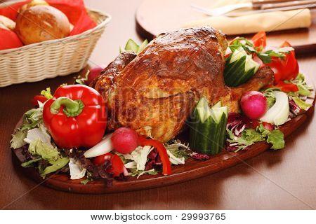 Ganzes gebratenes Huhn mit frischem Gemüse und Kräutern