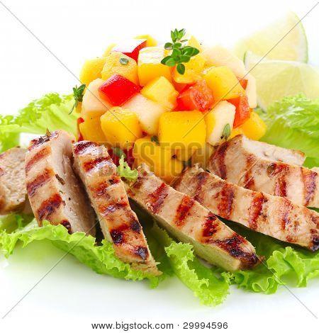 Pechuga de pollo con salsa de mango fresco, enfoque suave