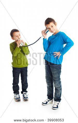Zwei jungen Dosentelefone aufrufen. Studioaufnahme.