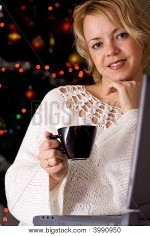 Frau zu Hause in der Weihnachtszeit