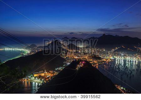 Nigthfall na montanha de Sugerloaf, Rio De Janeiro vista para Corcovado