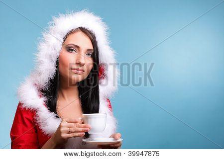 Bela Santa Claus menina soprando bebida quente