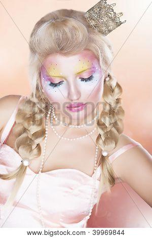 Renaissance. Retro Woman In Golden Crown - Tress Over Pink