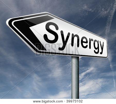 Synergie oder Gemeinsamkeit macht stark, gemeinsam Pfeil-Text von Team Arbeit Straße Zeichen