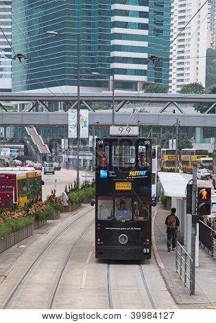 HONG KONG - 05 de diciembre: Desconocidos utilizando el tranvía de la ciudad de Hong Kong en 05 de diciembre de 2010. Tranvía