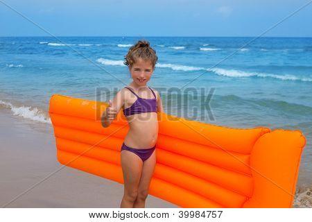 Kinder Kind Mädchen stand im Strand Ufer mit Orange schwimmende Lounge Ordnung Handzeichen