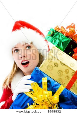 Chica sorprendida con un montón de Navidad presenta