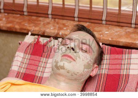 Menino sob máscara