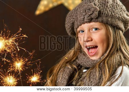 süße Mädchen Spaß mit Feuerwerk.