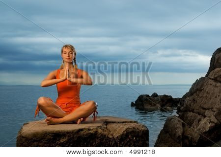 Beautiful young Woman doing Yoga-Übung im freien