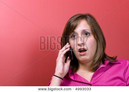 überrascht Frau am Telefon
