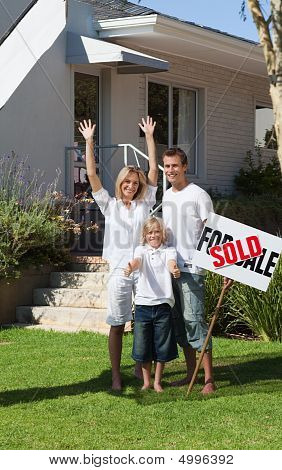 Familia frente a la casa para la venta