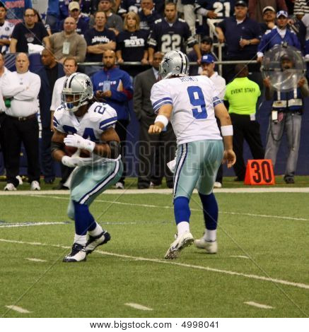 Cowboys Romo Hand Off To Barber