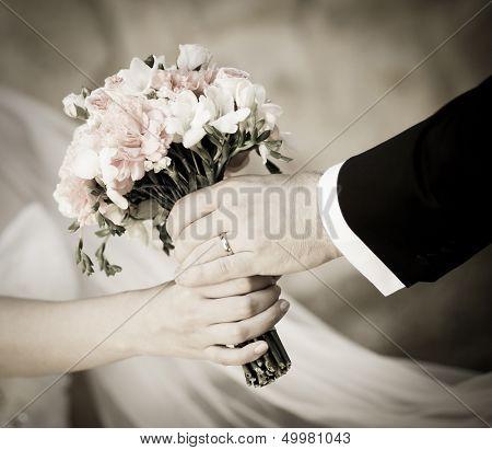 Noivo entregando buquê de noiva