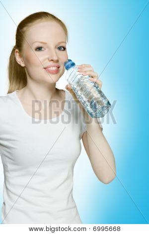 Menina quente bebendo água