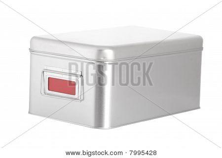 Caja de acero plata con etiqueta roja en blanco