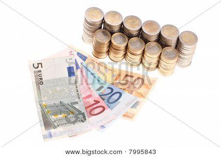 Euro-Banknoten und-Münzen organisiert in Spalten isolated on white background