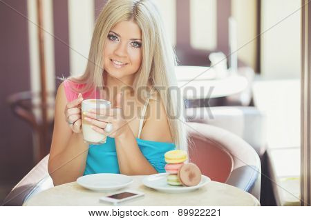 Woman holding a Cup of coffee latte