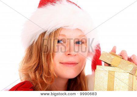 Miss Santa está abrindo uma caixa de presente ouro