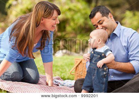Familia de raza mixta feliz jugando en el Parque