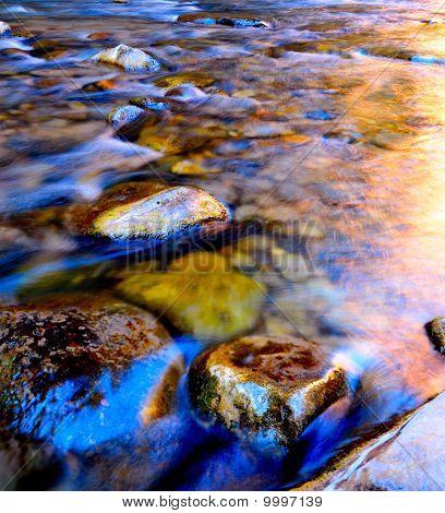 Fluss über die Felsen